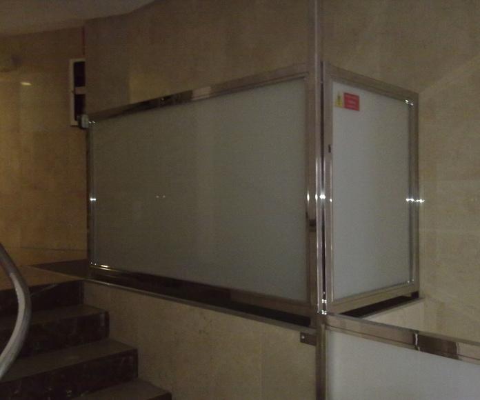 Cerramiento de inoxidable para  un elevador de minusvalidos