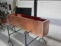 Preparación de hueco para fuente de cobre en huerto vertical Viveros Guzman