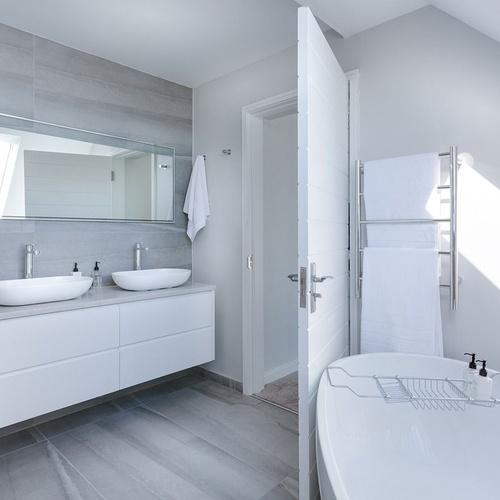 Luis Escribano: baños modernos y equipados