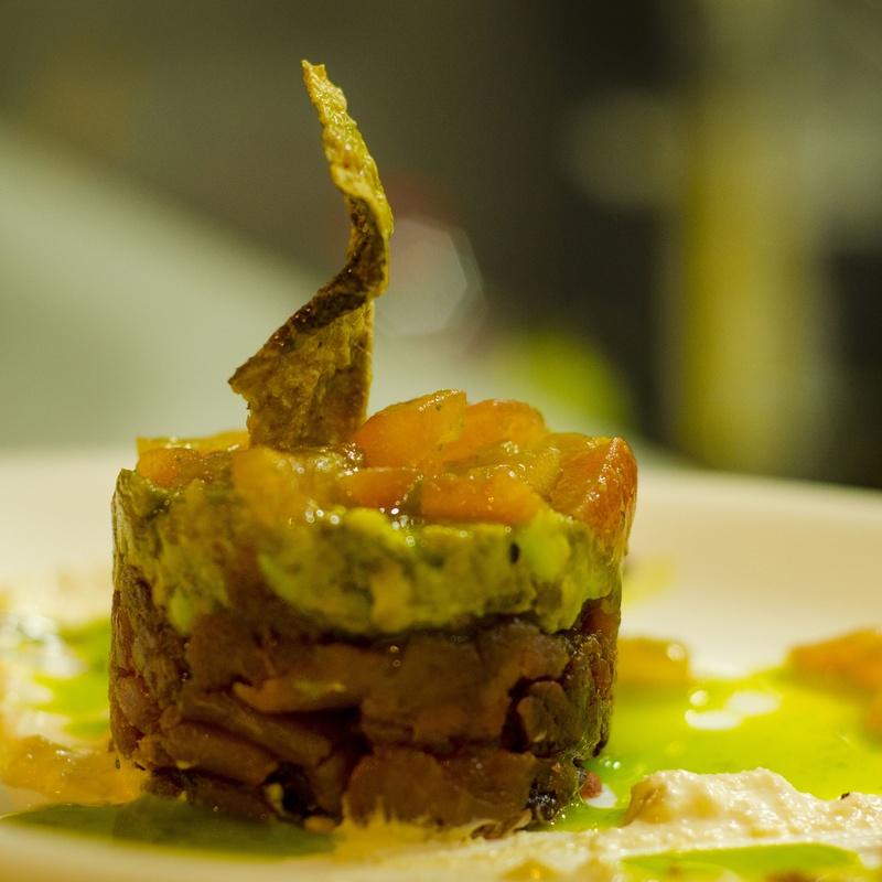 Tartar de atún marinado con cítricos, aguacate y crema de cacahuete