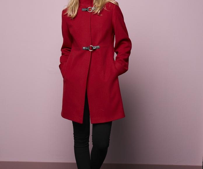 Abrigo en rojo con trabillas