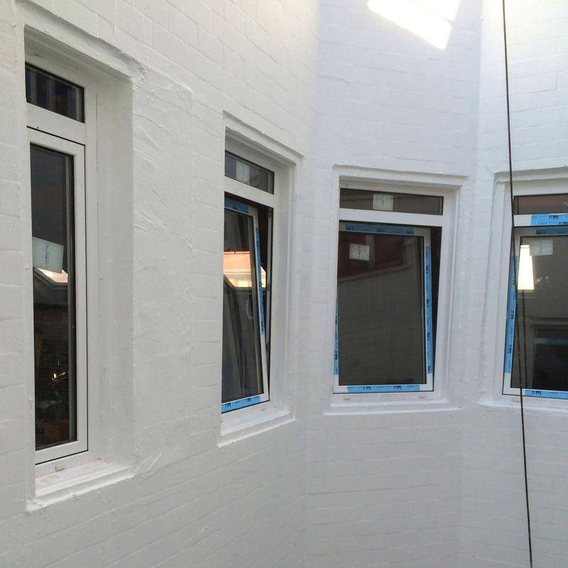 Revestimiento antifisuras y sustitución de ventanas en patio interior de Santander