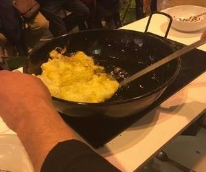 Friendo un huevo de ganso en El Salón Gourmets