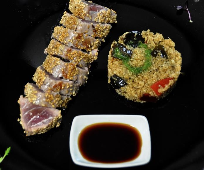Lomo de atún a la plancha con verduras, salsa de soja y quinoa.