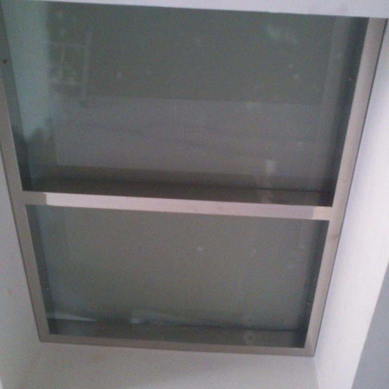 Suelo pisable de acero inoxidable y vidrio diseñado y fabricado a medida.