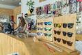 Gafas y complementos en una tienda de moda en Las Palmas