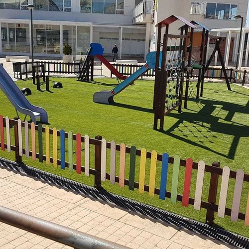 Césped es un parque infantil de un pueblo de Madrid, de unos 230 m2, retirando el pavimento anterior y colocando un Césped de altísima calidad.