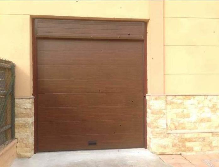Puertas seccionales residenciales: Productos y servicios de Persianas Metálicas Zaragoza