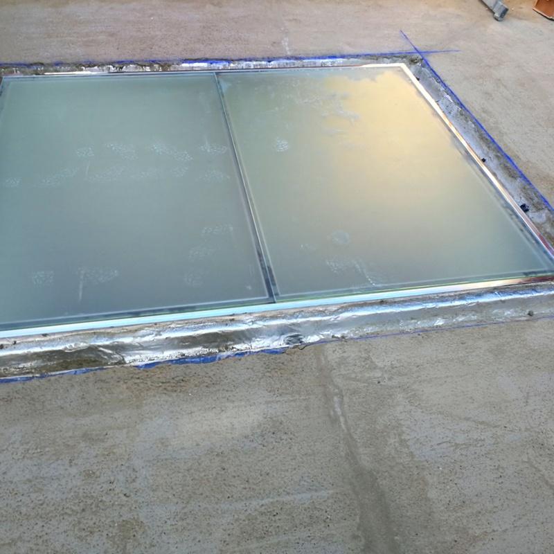 Suelo transitable de acero inoxidable y vidrio.