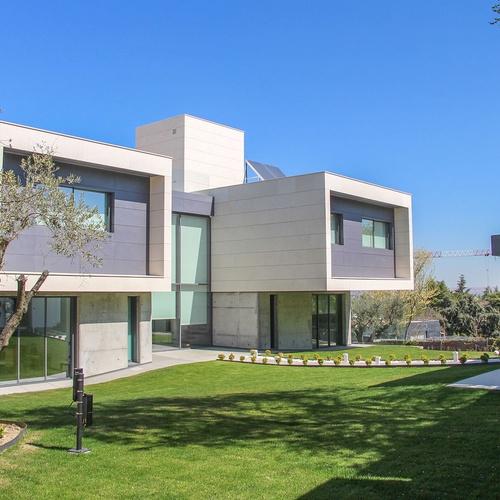 Jardín exterior de vivienda en La Moraleja