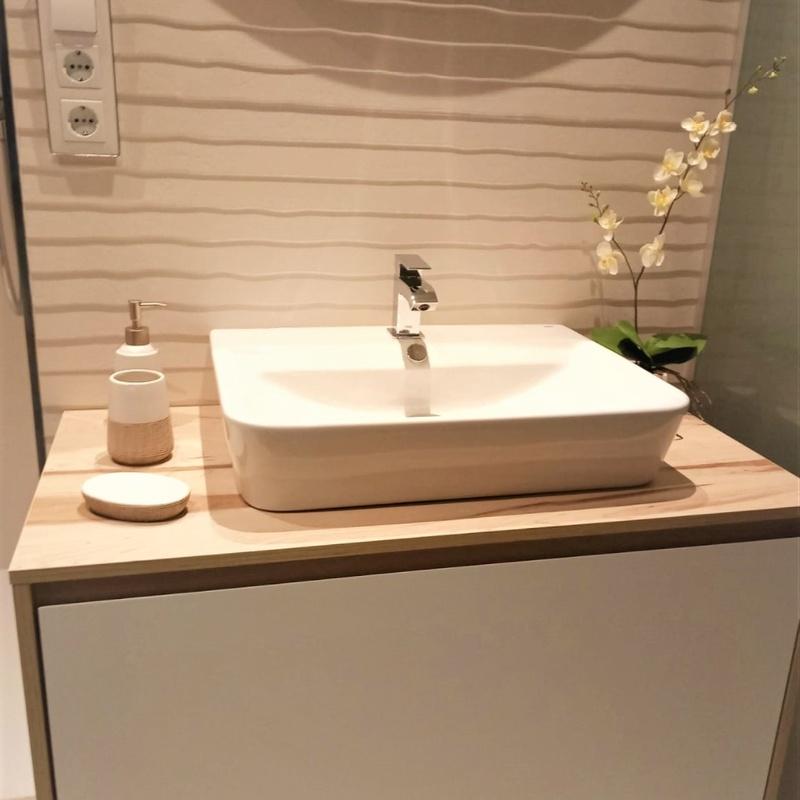 Mueble de baño en tonos madera y blanco
