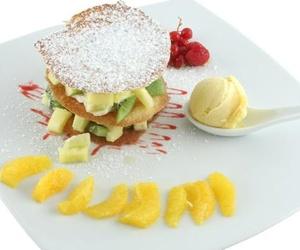 Crujiente de frutas frescas y helado de vainilla