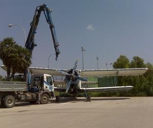 Transporte de avioneta con grúa