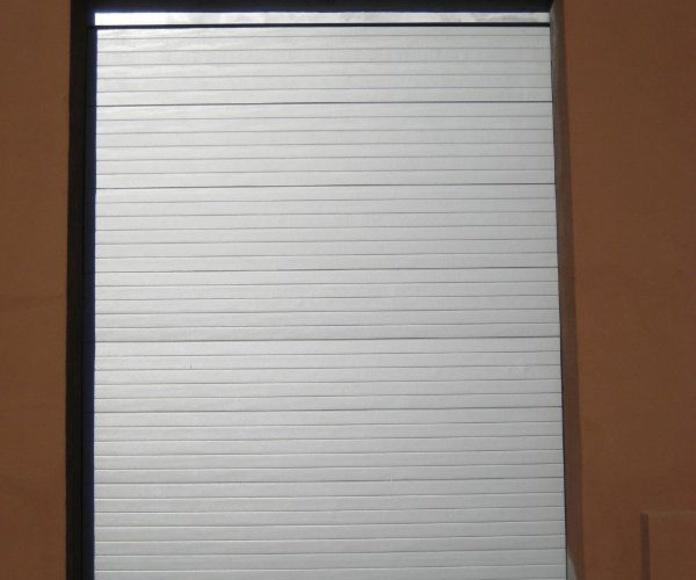 Puertas seccionales: Catálogo de C.L.M. Cerrajeros Segovia
