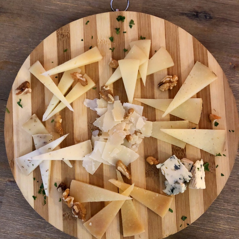 Cheese board with walnuts and jam: MENU de Alquimia