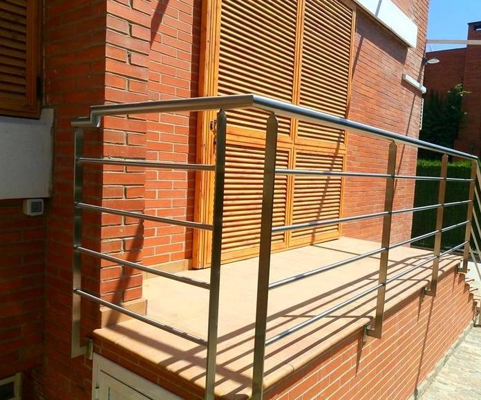 Barandilla de acero inoxidable sencilla diseñada y fabricada a medida para exterior.