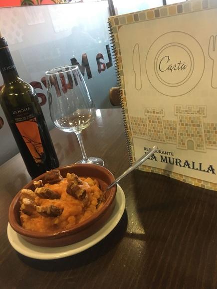Patatas revolconas en las tablas. Raciones baratas. Comida casera. Comida tradicional de Ávila.
