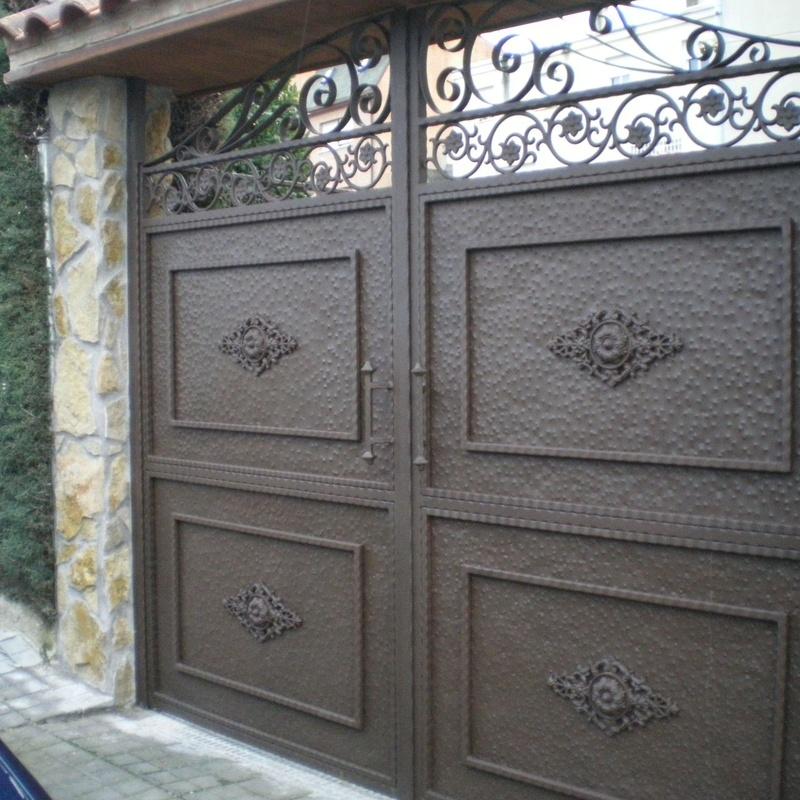 Puerta de entrada de vehículos en forja