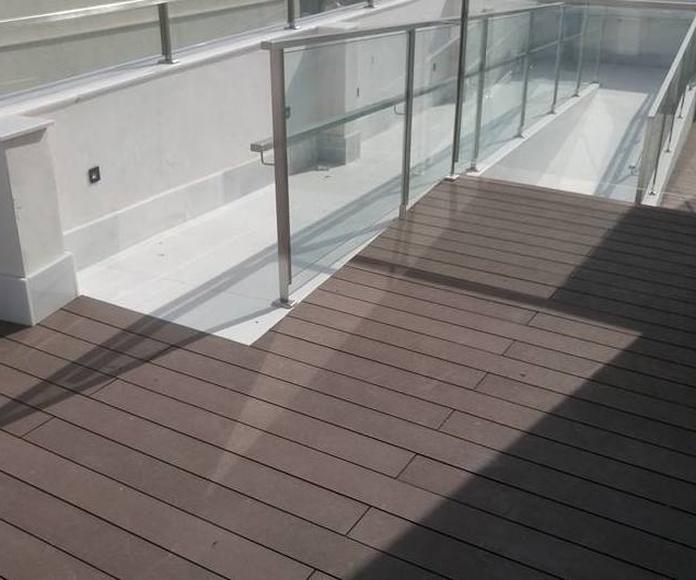 Barandillas de acero inoxidable y vidrio diseñada y montada en hotel para acceso a piscina.