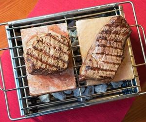 Carne argentina a la barbacoa en mesa en Palma de Mallorca
