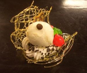 Flor abierta de caramelo con bola de helado