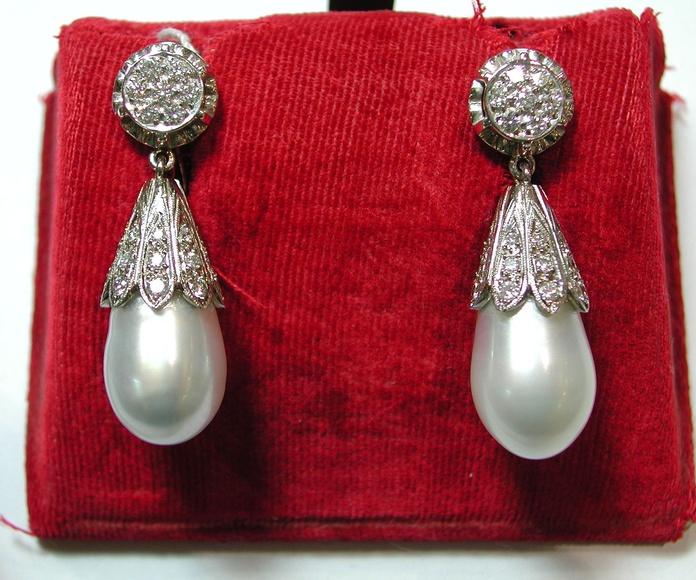 Pendientes de oro de 18k con brillantes y perillas de perlas. Modernos: Catálogo de Antigua Joyeros