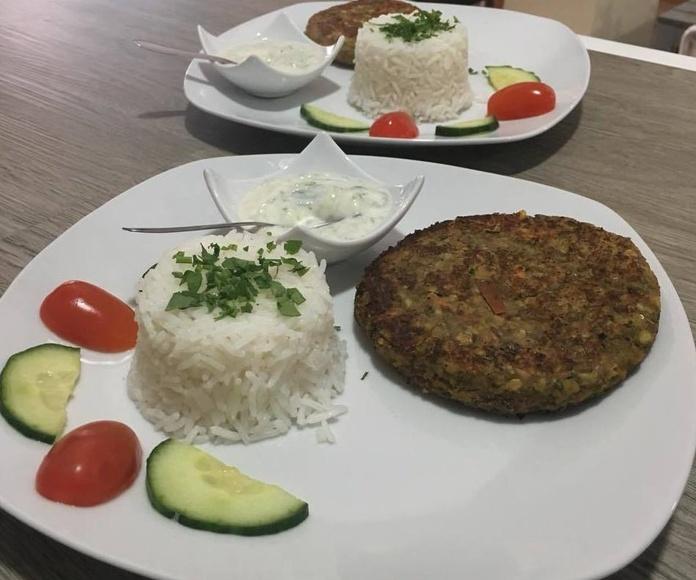 Hamburguesa de Lentejas c/Arroz y Salsa Vegana de Yogurt