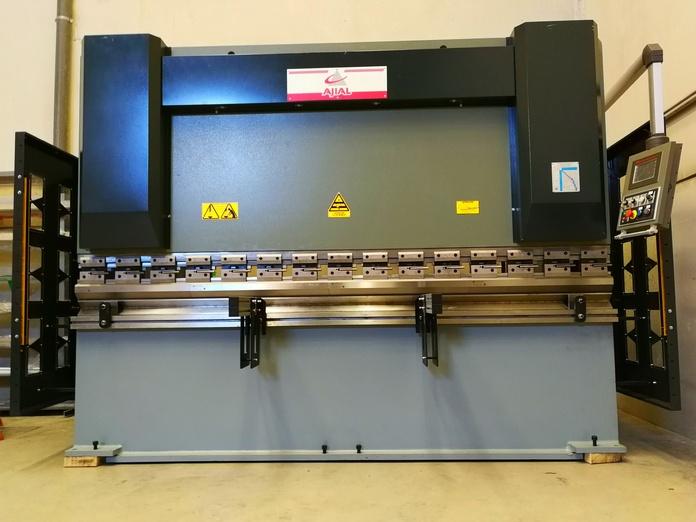 Plegadora de última generación con control numérico. Alta calidad y precisión en plegado de piezas o perfiles compuestos por chapa de diferentes espesores