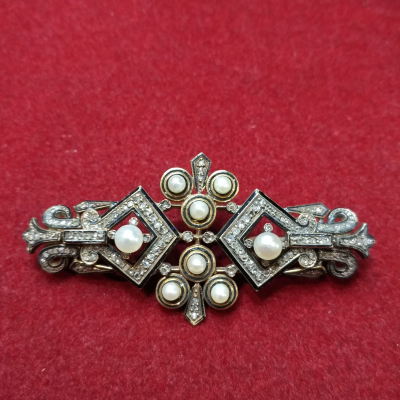 Broche de oro de 18k  esmalte, diamantes y perlas.Ref. A-1606: Catálogo de Antigua Joyeros
