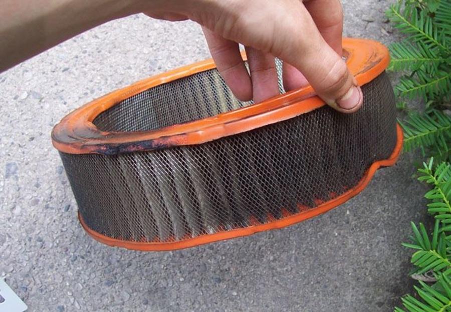 ¿Cuál es la función del filtro del aire en un coche?