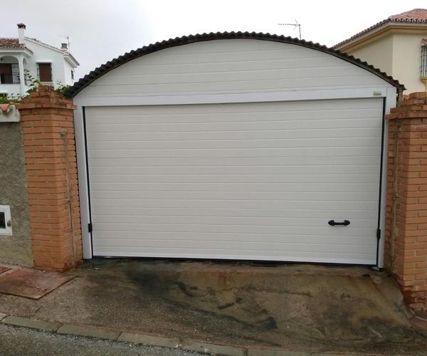 Puerta seccional en blanco