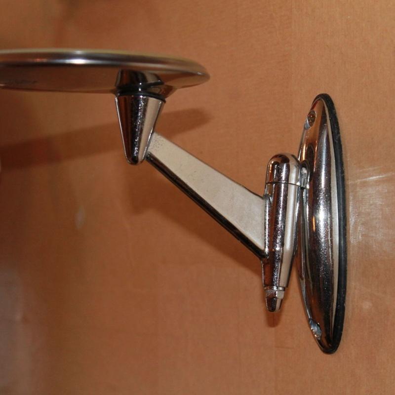 Repisa cromada reciclada de un espejo retrovisor de coche:  de Ruzafa Vintage