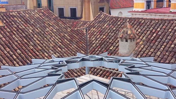 Estructura de acero negro con forma de estrella formando una base totalmente plana para alojar vidrio con su misma forma para patio andaluz de palacete