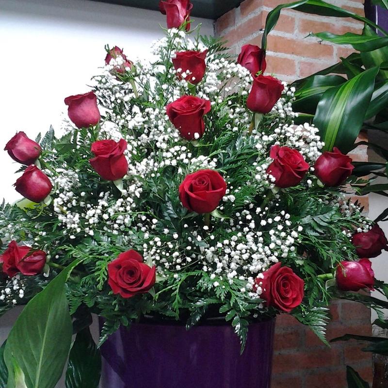 Centro a una cara de 18 rosas: Servicios de Arte Flor