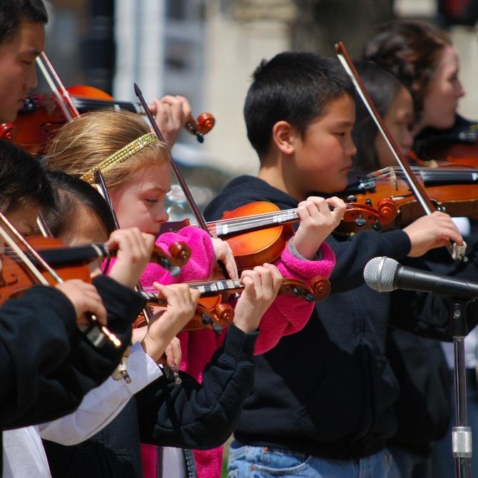 Conoce los beneficios que aporta tocar instrumentos musicales en la infancia
