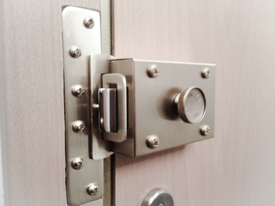 Refuerza tu puerta con una segunda cerradura