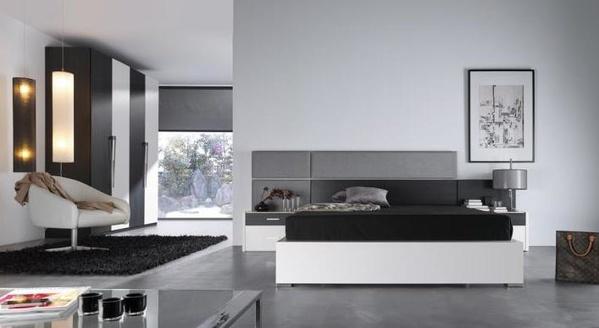 dormitorio moderno, con tableros tapizados en plata y en negro.