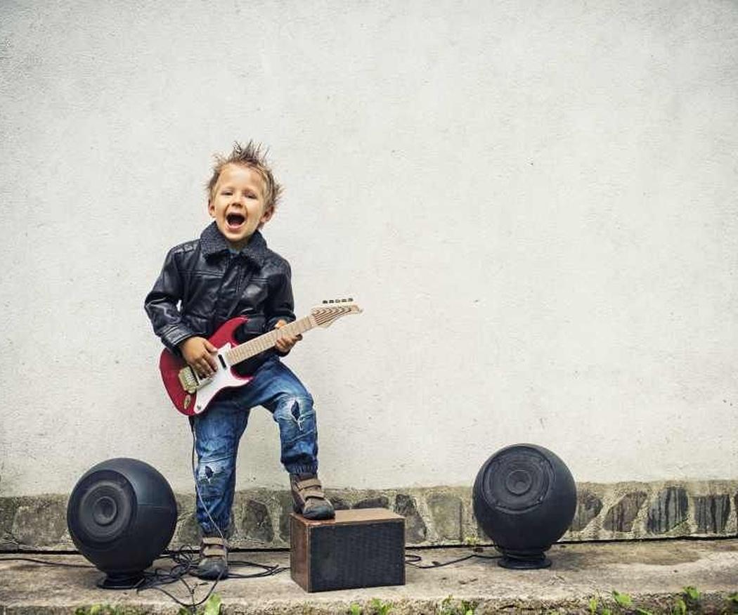 Cinco habilidades que los niños aprenden al tocar la guitarra