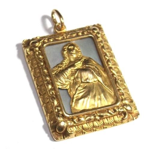 Medalla rectangular con la imagen de la Inmaculada Concepción, realizada en oro de 18k con base de nácar.