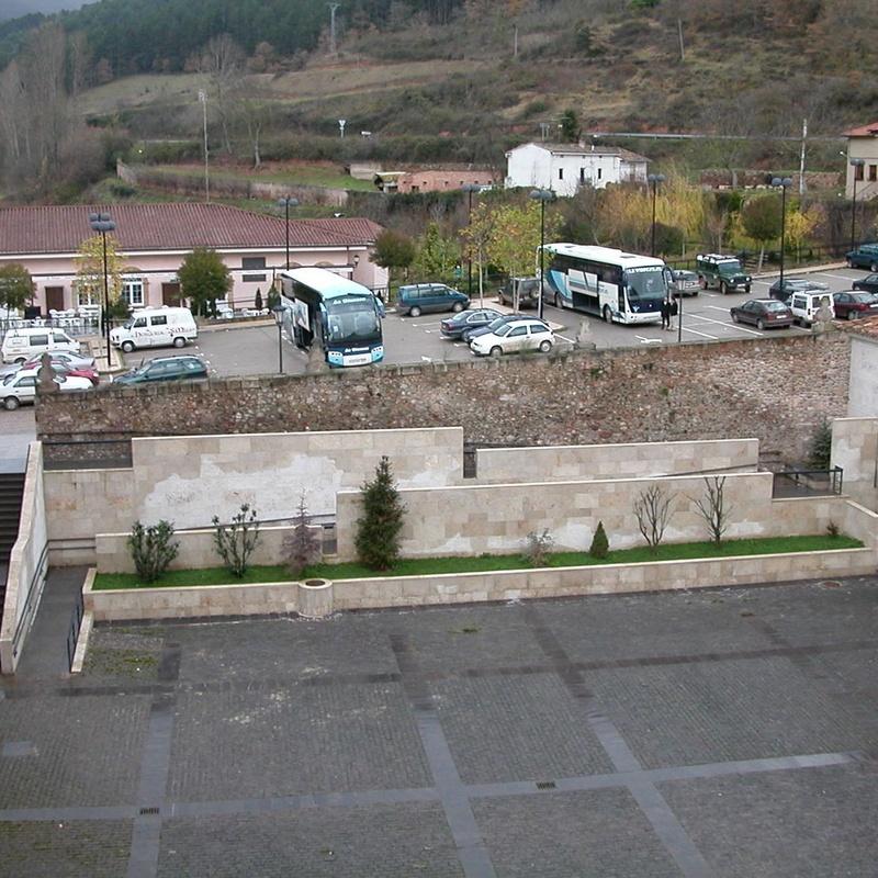 Rampa de acceso al patio de acceso del Monasterio de Yuso. San Millán de la Cogolla.