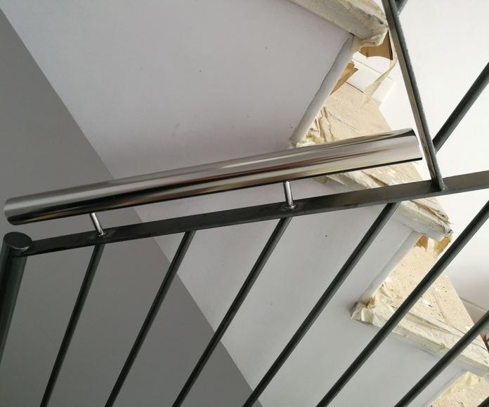 Pasamanos de acero inoxidable diseñado y fabricado a medida y montado sobre barandilla de hierro
