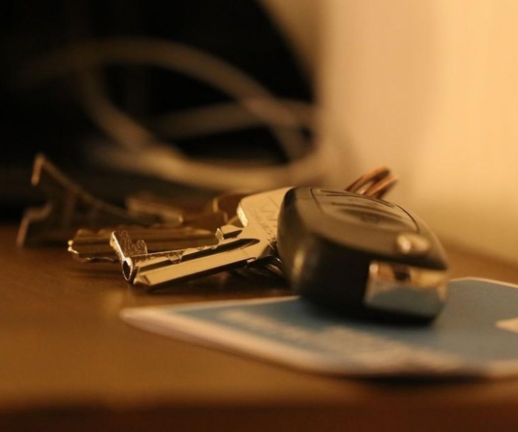 El peligro de dejar tus llaves sobre la mesa o la barra del bar