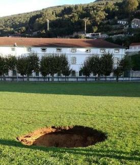 La obra del subfluvial provoca un socavón en la campa del Glacis, en Santoña