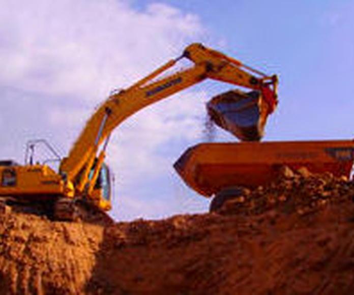Extracción y carga de arcilla al dumper.