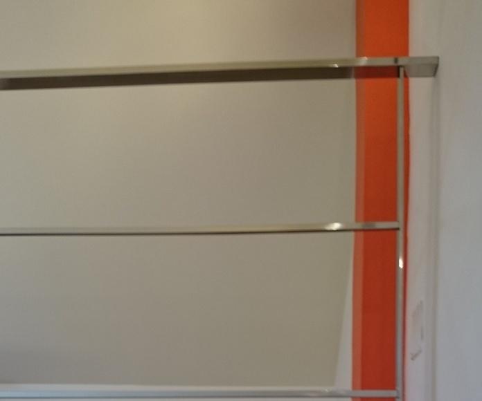 Barandilla de acero inoxidable sencilla diseñada a medida y montada en chalet particular.