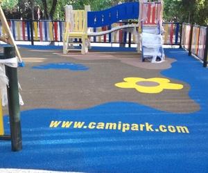 Instalación de suelos de caucho en parques infantiles en Cádiz