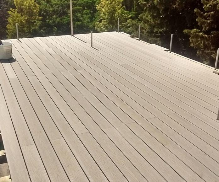 Instalando la Tarima de exterior sintética en una terraza. Instalador de tarimas de exterior.