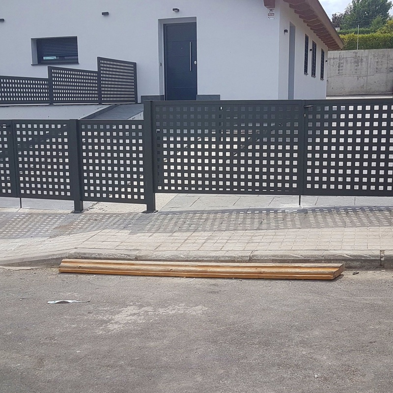 Puerta de chapa perforada