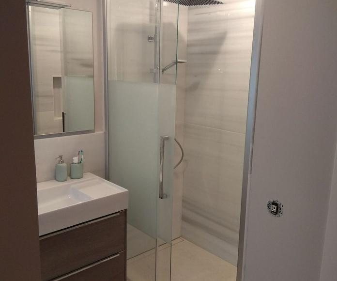 Mampara de ducha modelo HIT de la marca Profiltek de 1 hoja fija y 1 corredera con cristal templado y serigrafía. esta mampara incorpora sistema de frenado