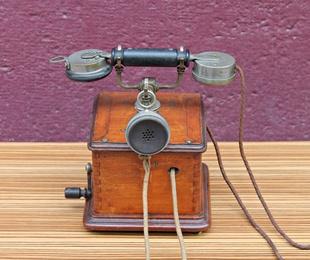 Teléfono antiguo de madera 1900